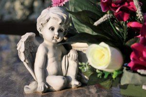 Z jakich sztucznych kwiatów przygotować cmentarne dekoracje?